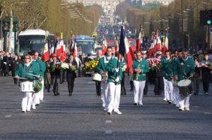 Les Cadets ont défilé sur les Champs-Élysées en avril 2010 et ravivé la flamme du Soldat inconnu sous l'Arc de triomphe.