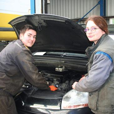 Voir des femmes qui réparent une voiture n'est plus une chose rare, dans la vie quotidienne c'est un fait. Désormais elles transforment leur passion en métier, à l'image de Justine et Noémie.