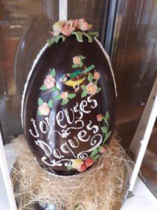 A la boulangerie Guého, il faut devinez le poids de cet œuf de Pâques. Un jeu pour faire venir la clientèle.