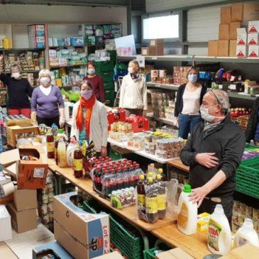 Tous les bénévoles des Restos du cœur travaillent avec des masques, des gants et des charlottes. Ils lancent un appel aux dons de marchandises face aux stocks qui diminuent.