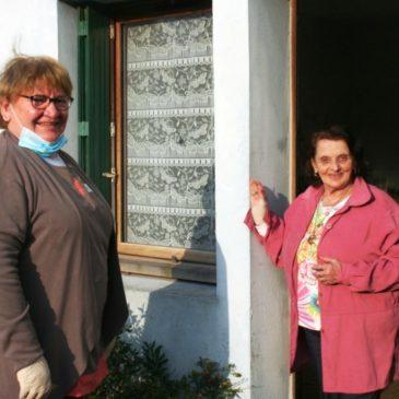 Jocelyne (à gauche) rend visite à Denise plusieurs fois par jour.