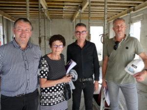 Christophe Bougault, adjoint ; Nicole Drobecq, maire ; Philippe Clech, directeur de l'agence Ekum architecte et Pierre Poyer, conducteur de travaux chez Noba, en charge du gros œuvre, en réunion de chantier hebdomadaire.