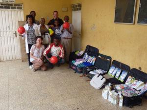 La famille a profité de son voyage pour déposer 150 kilos de dons à l'orphelinat de Buzzayu.