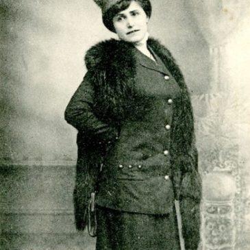 Marthe Niel, qualifiée de « femme oiseau », devint une héroïne de meetings aériens, son avion fut comparé à un « gracieux papillon élargissant ses ailes d'or autour de son corselet ».