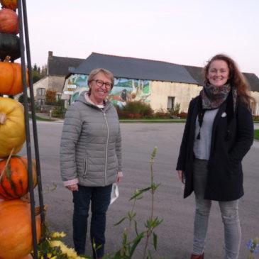 Marie-Thé Pithon, maire et Nathalie Piéto, agent communal en charge du fleurissement.