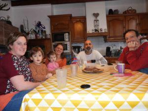 De gauche à droite : Mélanie, Bertille, Lilia, Olivia, David et Jérémy : une réflexion de fond sur l'école et l'éducation des enfants.