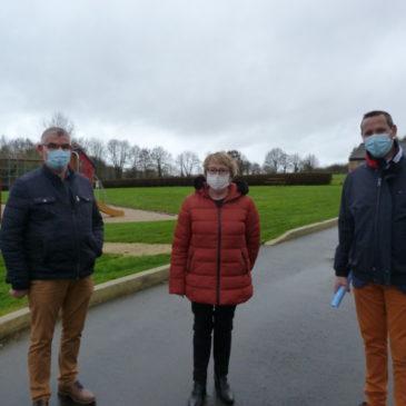Michel Rouvrais, Marie-Thé Pithon et Xavier Hamon, président de LCBC, ont réceptionné les travaux de voirie des abords de l'étang de Saint Launeuc.