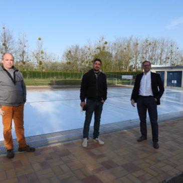 Alain Gouvary, Jérémy Dauphin et Olivier Oléron au bord du bassin de la Planchette qui va être totalement rénové.